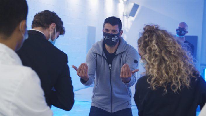 Sergi Garnica trabajando y dirigiendo a los actores del anuncio para la empresa del Grupo Planeta CEAC